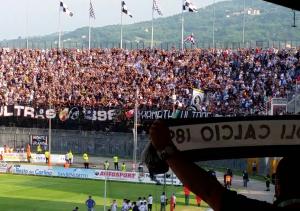 tifoso ascoli calcio espone con fierezza sciarpa dopo sconfitta
